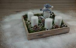Snögubbe, trä, grangräsplan och deco Royaltyfria Bilder