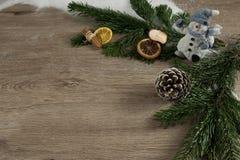 Snögubbe, trä, grangräsplan och deco Arkivfoton