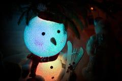 Snögubbe under en julgran Fotografering för Bildbyråer