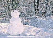 Snögubbeanseende kort i för snöig vinterskog för glad jul och för lyckligt nytt år för hälsningen med kopieringsutrymme royaltyfri fotografi