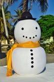 Snögubben besöker det karibiskt i guld- gul halsduk och går det högra tecknet Royaltyfria Bilder