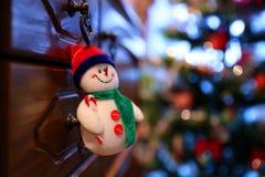 Snögubben gillar en julleksak Royaltyfri Foto