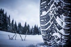 Snögummihjul i vinter royaltyfri fotografi