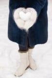Snöhjärta i händer Arkivfoton