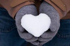 Snöhjärta i händer Fotografering för Bildbyråer