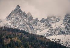 Snöig Aiguilles de Chamonix arkivfoto