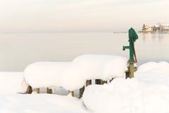 Snöig alpin sjö i vinter Royaltyfria Foton