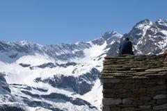 Snöig alpina berg Arkivbild