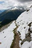 snöig alpsvandringsled Arkivfoton