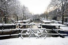 Snöig Amsterdam Nederländerna i vinter Royaltyfri Foto