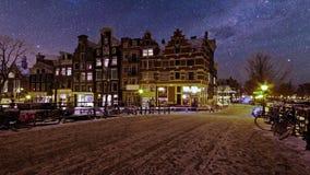 Snöig Amsterdam vid natt i Nederländerna lager videofilmer