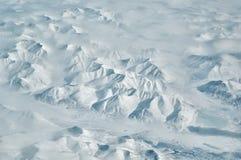 Snöig arktiska bergkanter och River Valley sceniskt flyg- landskap på solig vinterdag arkivfoto