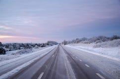 Snöig asfaltlandsväg Fotografering för Bildbyråer