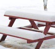 Snöig bänk Fotografering för Bildbyråer