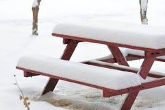 Snöig bänk Royaltyfri Foto