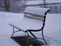 Snöig bänk Arkivbild