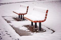 Snöig bänkar Fotografering för Bildbyråer