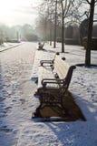 snöig bänklondon park Arkivfoton