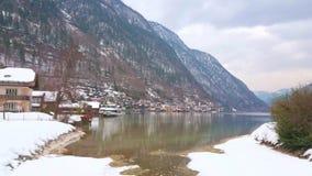 Snöig bank av Halstattersee, Salzkammergut, Österrike arkivfilmer