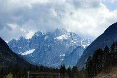 Snöig berg Arkivfoto