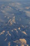 Snöig berg av Kanada från 30.000 fot - flyg- sikt - skottNovember flyg från SLAPPT till S Koreak November 2013 Royaltyfri Bild