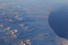 Snöig berg av Kanada från 30.000 fot - flyg- sikt - skottNovember flyg från SLAPPT till S Koreak November 2013 Arkivbilder