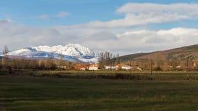Snöig berg för bylandskap Royaltyfri Bild
