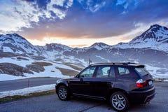 Snöig berg för halva i Pyrenees royaltyfri bild