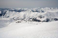 Snöig berg för vinter och blå himmel ropewayen för semesterorten för caucasus georgia gudauriberg skidar arkivbild