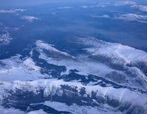 Snöig berg från över arkivfoton