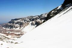 Snöig berg i bakgrund arkivbilder