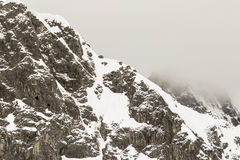 Snöig berg i de schweiziska fjällängarna Royaltyfri Fotografi