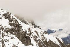Snöig berg i de schweiziska fjällängarna Arkivbild