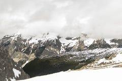Snöig berg i de schweiziska fjällängarna Royaltyfria Foton