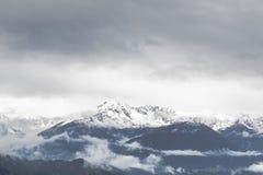 Snöig berg i fjällängarna Arkivfoton