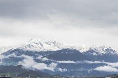Snöig berg i fjällängarna Royaltyfri Bild