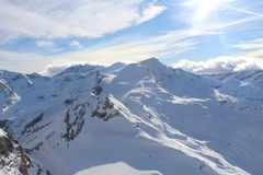 Snöig berg i Kaprun Arkivfoton