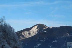 Snöig berg i Kaprun arkivfoto