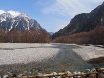 Snöig berg med den främsta floden royaltyfri fotografi