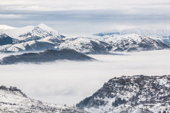 Snöig berg med dimma Royaltyfria Bilder