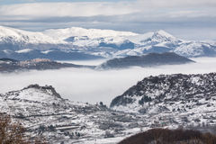 Snöig berg med dimma Royaltyfri Foto