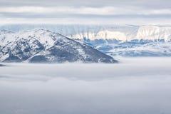 Snöig berg med dimma Royaltyfri Fotografi