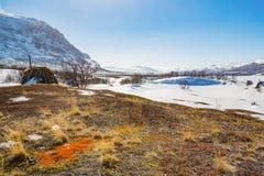 Snöig berg med en koja i norden av Sverige Royaltyfri Bild