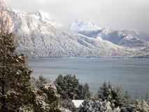 Snöig berg med sjön Royaltyfri Fotografi