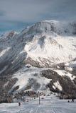 Snöig berg och att skida lutning royaltyfri fotografi