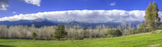 Snöig berg och grön dal i Toppig bergskedja de Gredos, Avila, Spanien royaltyfria bilder