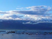 Snöig berg och havet Royaltyfria Bilder