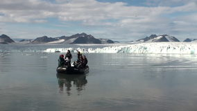 Snöig berg och havet i arktisk iceland arkivfilmer