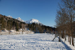 Snöig berg och parkeringshus Royaltyfri Foto