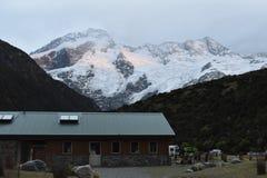 Snöig berg på soluppgången Arkivbild